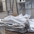 Sacchi con resti di vecchie bare fermi da giorni all'interno del cimitero