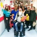 Rappresentanti dell'amministrazione consegnano doni nel reparto pediatria dell'ospedale
