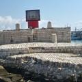 Il quadro dei Tre Santi posizionato sull'isolotto del porto