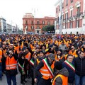 Tremila gilet arancioni in piazza Prefettura a Bari