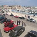 Porto turistico chiuso al traffico per mostra d'auto d'epoca e turisti in transito: che bella visione!