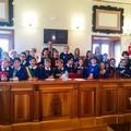 Giovani studenti simulano una riunione di consiglio comunale
