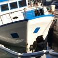 Peschereccio contro gli scogli del molo, illesi i membri dell'equipaggio