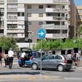 Incidente fra tre veicoli all'incrocio, un giovane ferito