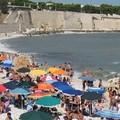 La fauna umana degli spazi comuni e i mannèle che si (s)piegano in spiaggia