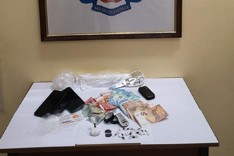 La droga e il denaro sequestrati dai Carabinieri della Tenenza di Bisceglie