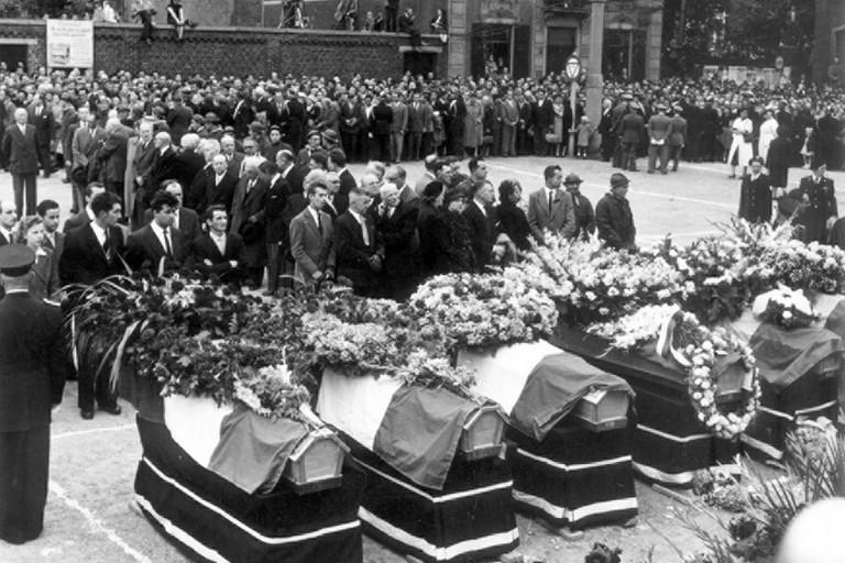 I funerali dei cinque camerieri biscegliesi morti a causa di un incendio a Gand nel 1974