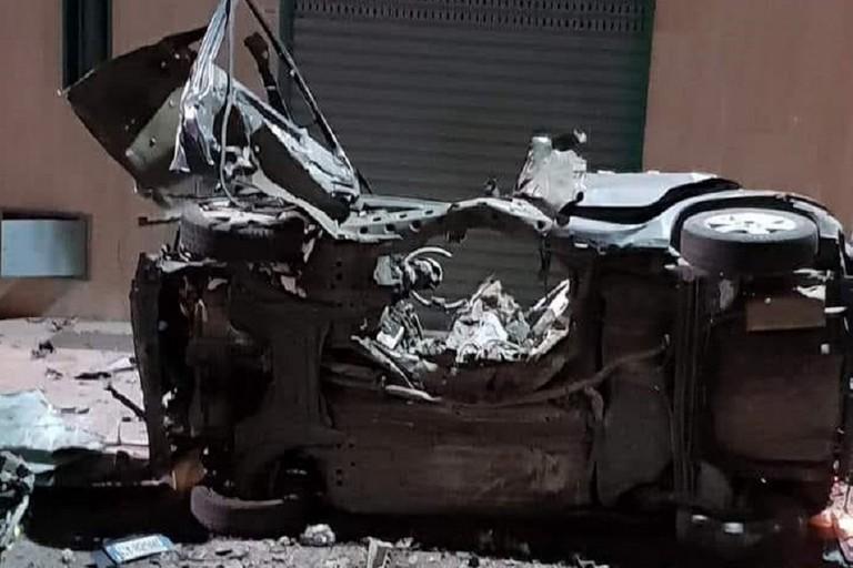 Le conseguenze dell'esplosione di un ordigno sull'auto di un Carabiniere a Corato