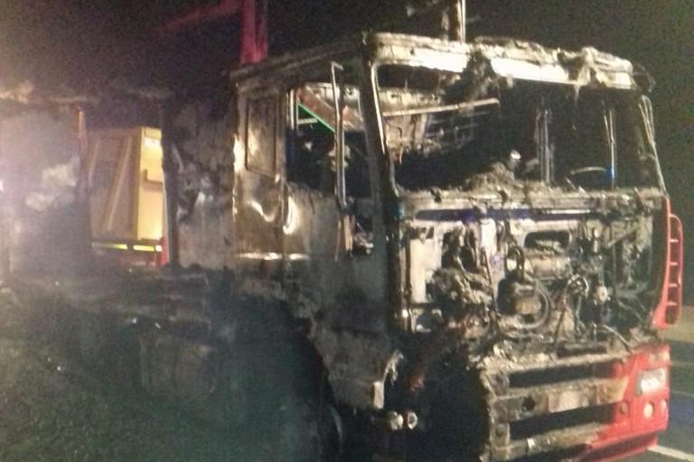 Il mezzo pesante distrutto dall'incendio. <span>Foto Bisceglieviva</span>