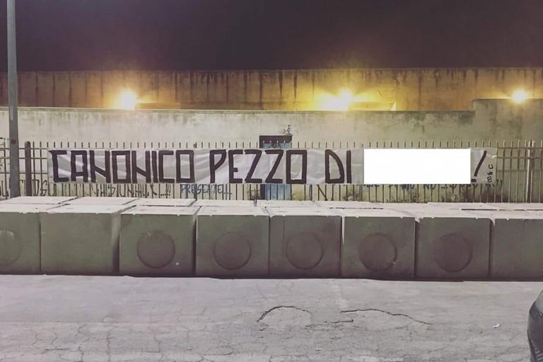Striscione conto Nicola Canonico davanti alla gradinata del