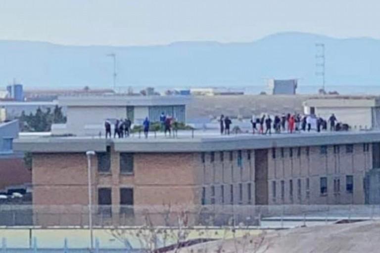 Detenuti sul tetto del carcere di Trani