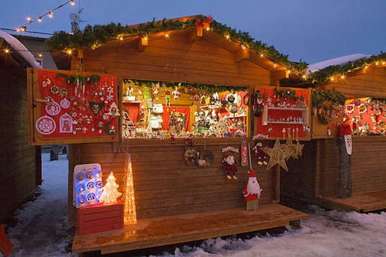 Una casetta di legno natalizia (archivio)