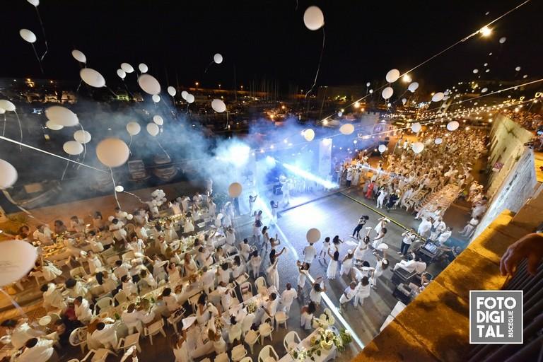 Cena en blanc 2019. <span>Foto Foto Digital Bisceglie</span>