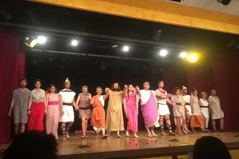 Il cast di Lisistrata del laboratorio senior della Compagnia dei Teatranti