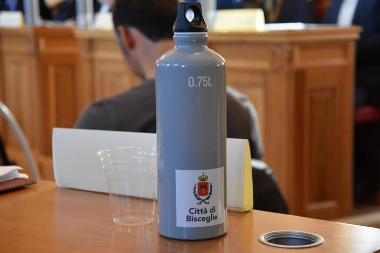 Borraccia in alluminio donata ai consiglieri comunali. <span>Foto Antonio Lopopolo</span>