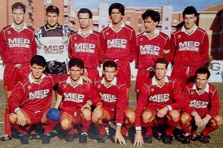 Dario Hubner (il primo in piedi da destra) con la maglia del Fano