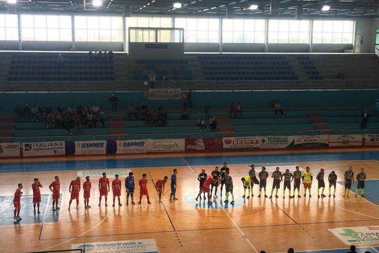 L'entrata sul parquet di Diaz e Futsal Ruvo. <span>Foto Luca Ferrante</span>