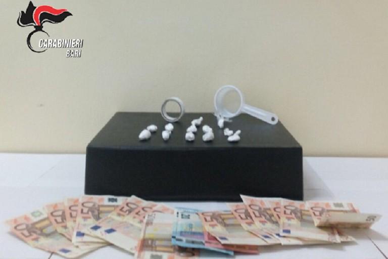 Gli stupefacenti e il denaro sequestrati