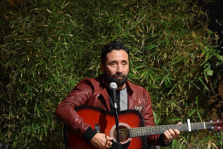 Federico Zampaglione durante il set in acustico a Bisceglie. <span>Foto Cristina Scarasciullo</span>