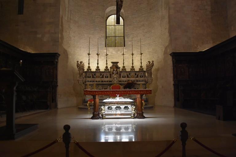 Altare maggiore con sotto l'urna argentea contenente le ossa dei Tre Santi. <span>Foto Antonio Lopopolo</span>