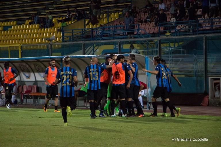 Esultanza dei calciatori del Bisceglie (Foto Graziana Ciccolella)