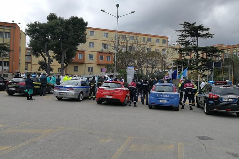 Picchetto d'onore delle forze dell'ordine davanti all'ospedale di Bisceglie