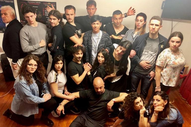 Il cast di Romeo e Giulietta col regista Fabiano Di Lecce