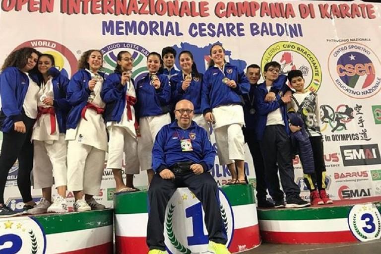 I due team delle Fiamme Cremisi sul podio di Eboli col maestro Francesco Simone