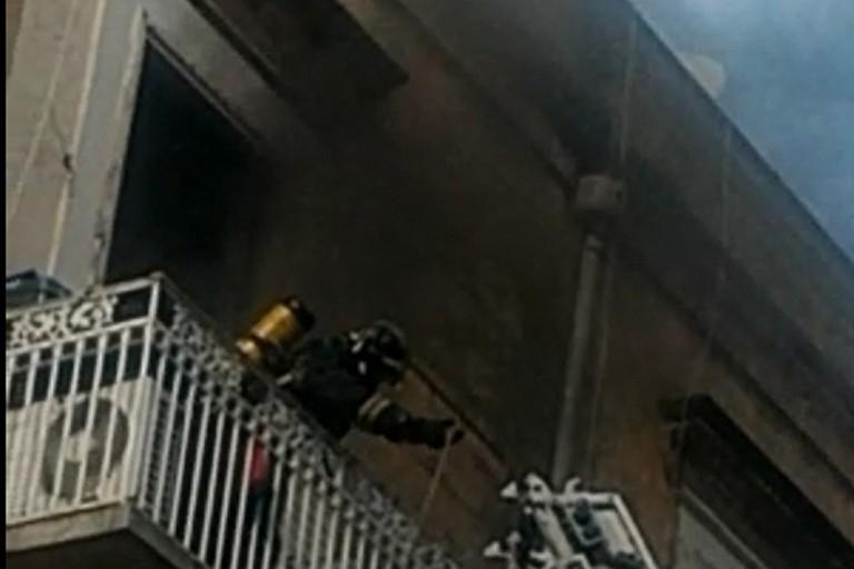 Coltre di fumo nero dal balcone dello stabile di via Alcide De Gasperi