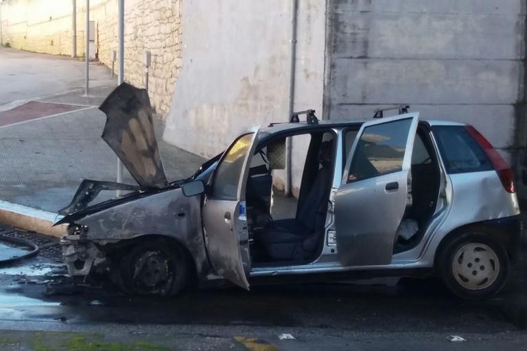 La Fiat Punto distrutta nel rogo. <span>Foto BisceglieViva</span>