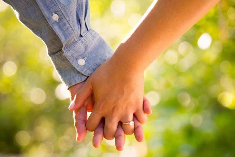 Fidanzati mano nella mano