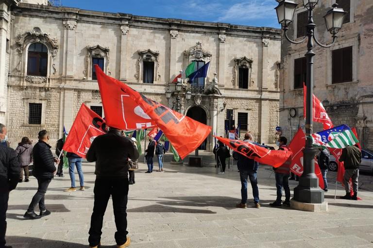 Lavoratori agricoli in mobilitazione davanti alla Prefettura Bat