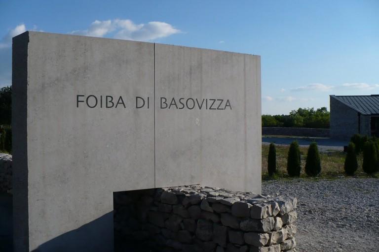 Monumento davanti alla foiba di Basovizza