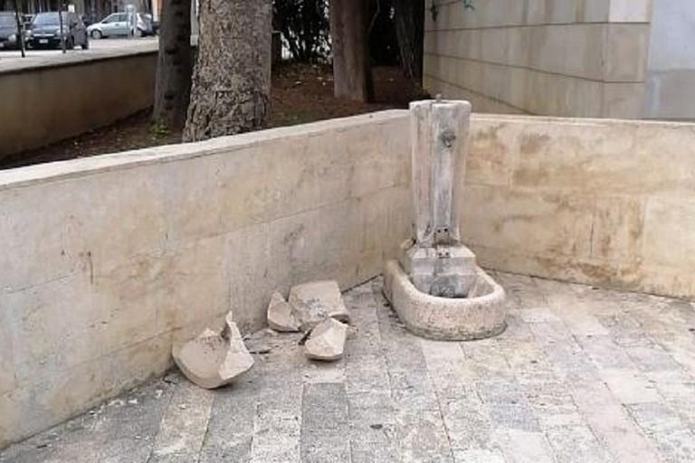 Fontana vandalizzata in piazza Vittorio Emanuele II