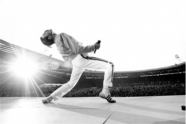 Freddie Mercury immortalato nello storico concerto di Wembley del luglio 1986. <span>Foto Neal Preston per Morrison hotel gallery</span>