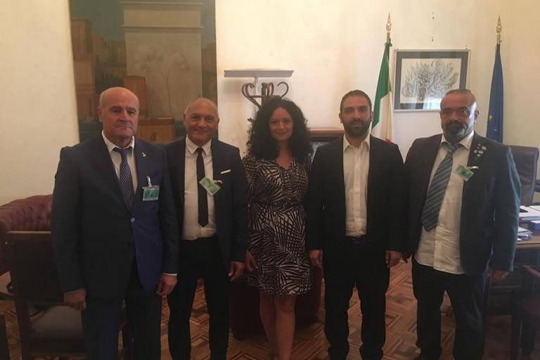 Gaetano De Vicenzis (secondo da sinistra) con la deputata Francesca Galizia