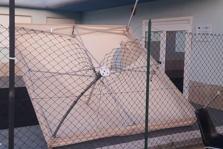 I danni causati dall'atto vandalico all'esterno del PalaCosmai