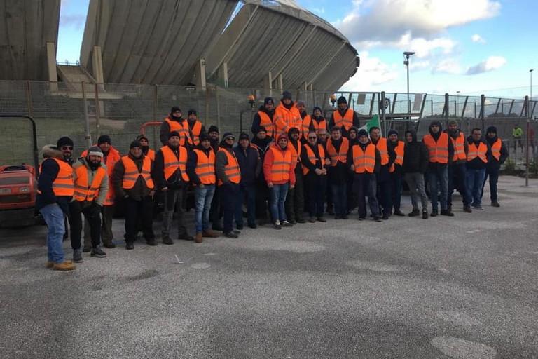 Gilet arancioni davanti allo stadio