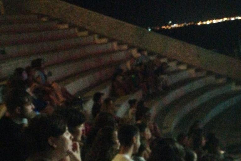 Ampi settori del Teatro Mediterraneo vuoti al concerto di Giordana Angi