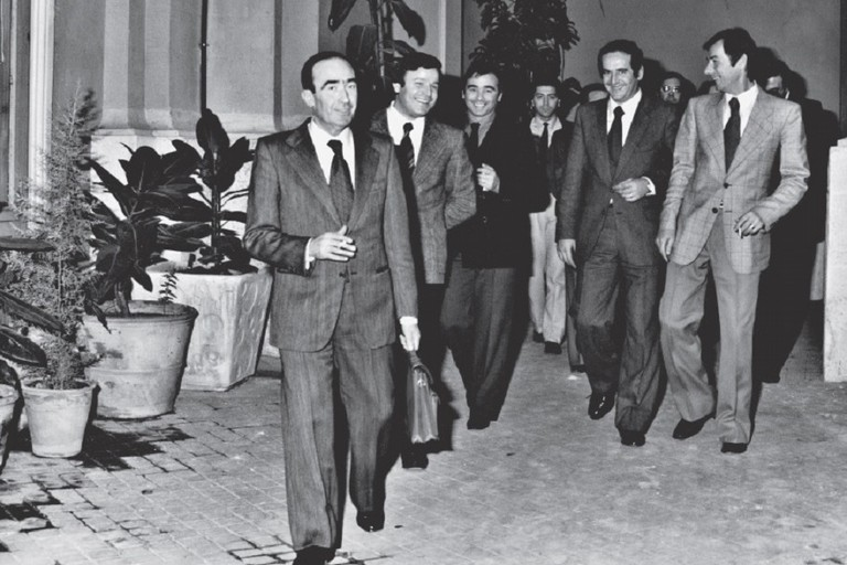 Giovanni Bruni in primo piano in una foto degli anni '80. Si riconoscono Mario Celestino, Gabriele Amoruso, Mimmo e Franco Ricchiuti, un giovanissimo Natale Parisi. <span>Foto Centro Studi Biscegliese</span>