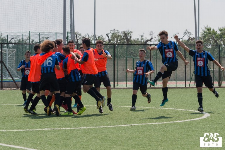 L'esultanza di un gruppo di calciatori delle giovanili nerazzurre