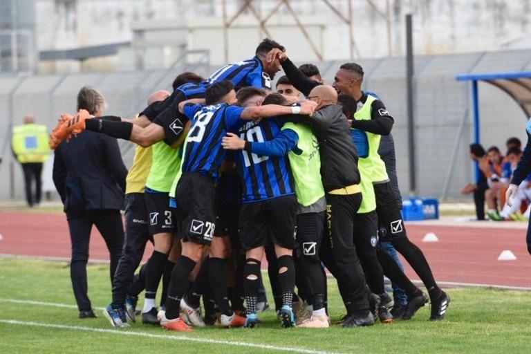 I calciatori del Bisceglie festeggiano la vittoria sulla Paganese. <span>Foto Sara Angiolino</span>