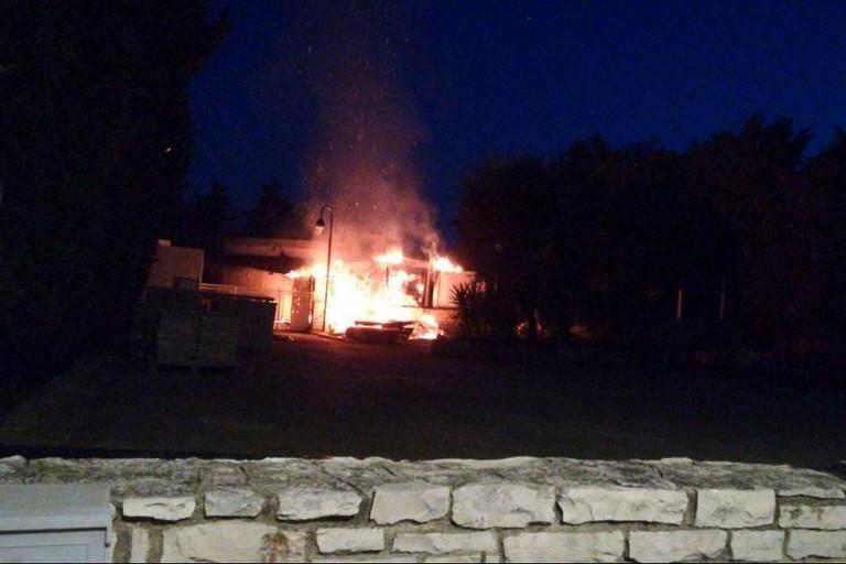 Via Luigi Di Molfetta, locale in fiamme