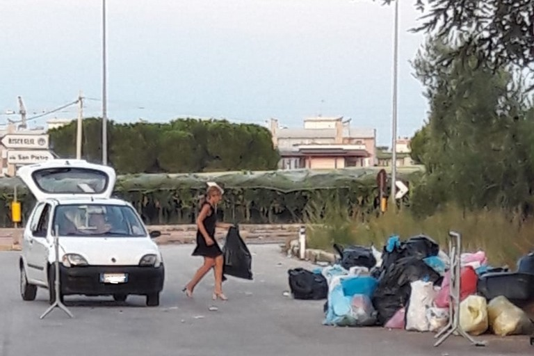 Rifiuti abbandonati in via Andria