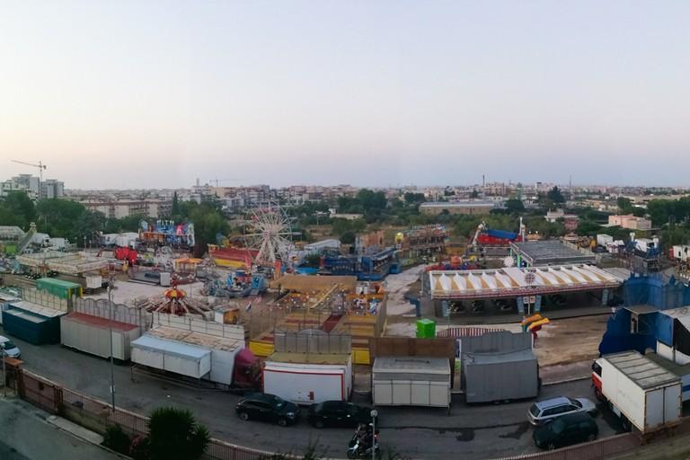 Veduta dall'alto del luna park in zona Sant'Andrea