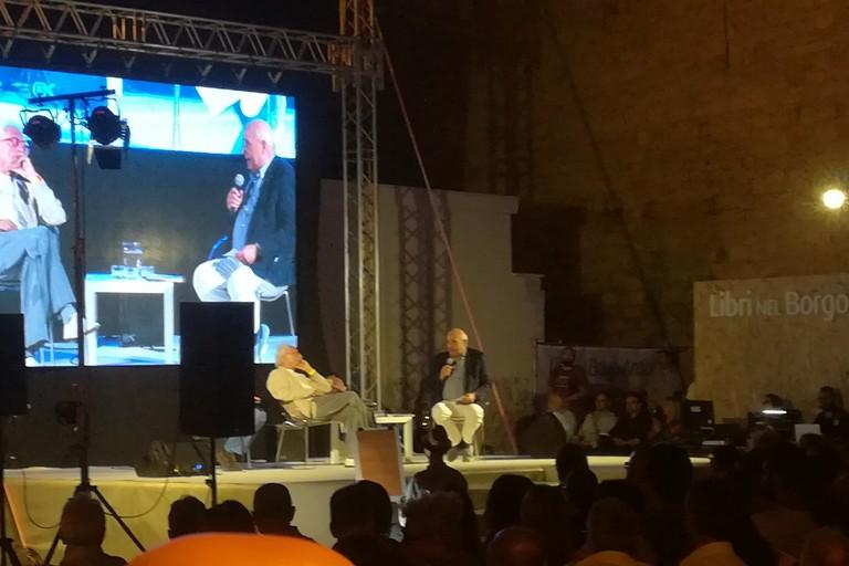 Giampiero Mughini sul palco di Piazza Castello. <span>Foto Cristina Scarasciullo</span>
