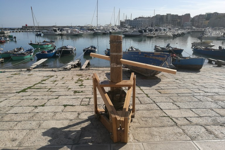 L'argano restaurato al porto