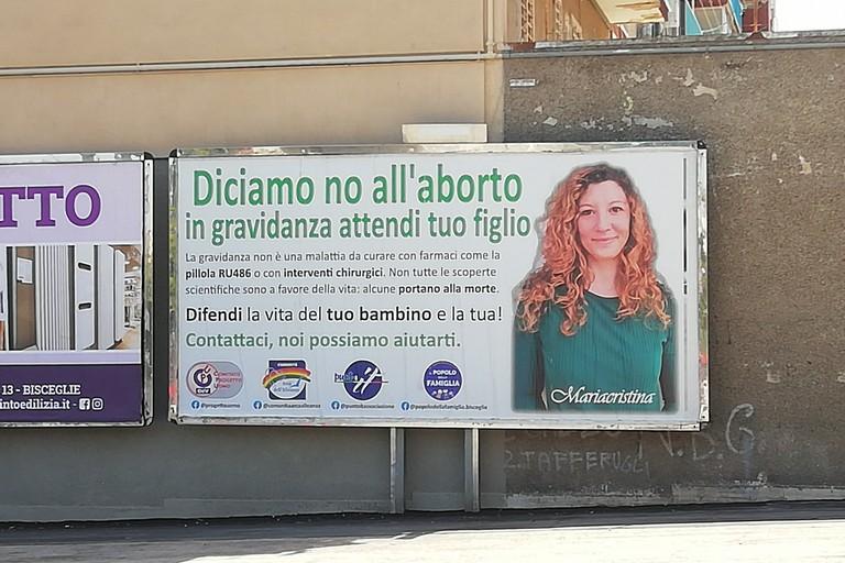 Il manifesto della campagna contro l'aborto apparso in centro a Bisceglie