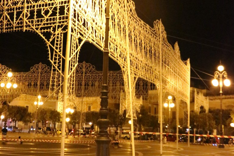 Luminarie pericolanti in Piazza Vittorio Emanuele (Foto Graziana Ciccolella)