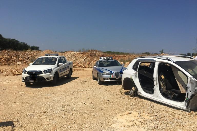 Guardie ambientali ritrovano auto cannibalizzata sulla Bisceglie-Andria